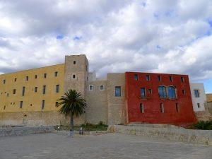 El Castell des del baluard de Sant Bernat, amb la torre de l'homenatge