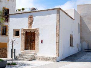 La casa de la Cúria, antiga administració de justícia de l'illa