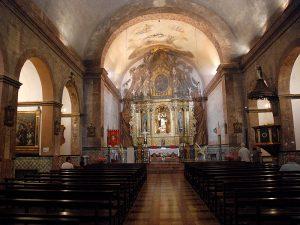 Nau principal del temple, amb frescos sobre l'altar