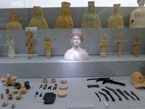 Al centre de l'exposició, el bust de la deessa Tanit, veritable icona d'Eivissa