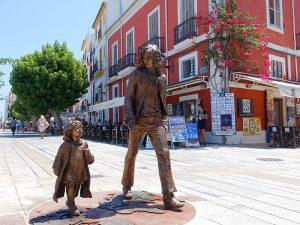 Aquesta escultura de bronze homenatja la cultura hippy d'Eivissa
