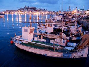 El moll pesquer, amb la ciutat històrica com a teló de fons