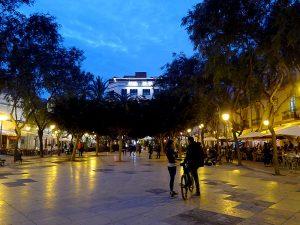 La plaça des Parc, al capvespre