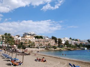 Ses Figueretes és la platja més cèntrica i urbana de la capital